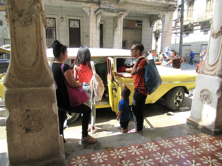 Catching+a+cab+in+Havana