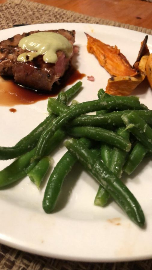 Tuna and green beans for a complete and colorful meal.